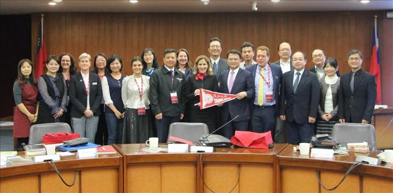 澳洲西雪梨大學副校長Dr. Denise(右排前六)及Dr. Yi-Chen Lan(右排前七)率團來校訪問,與本校學術副校長何啟東(右排前五)等人於驚聲國際會議廳合影。(圖/國際事務暨兩岸交流處提供)