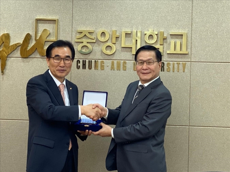 1-葛煥昭校長訪問韓國中央大學,獲該校校長Dr. Kim Chang Soo致贈紀念品。(國際處提供)