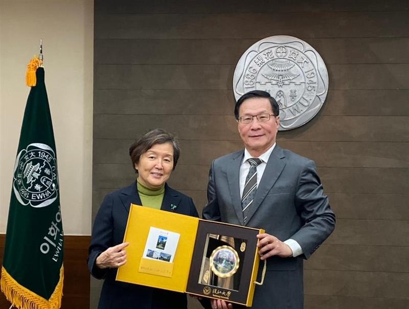 4-108年9月30日下午,葛煥昭校長訪問韓國黎花女子大學,致贈紀念品給該校校長Dr. Heisook Kim。(國際處提供)