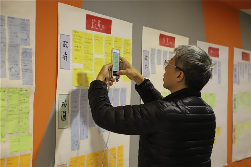 水利局科長潘志豪全程參與活動,圖為潘科長仔細閱讀學生們的「便利貼腦力激盪」提案內容