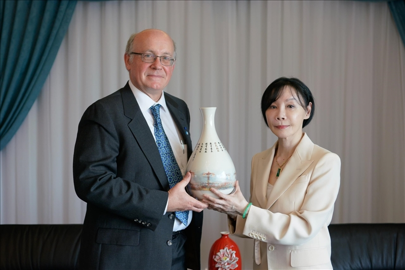 7-108年11月12日下午Dr. Daniel J. Scheeres (左)拜會董事會,由張室宜董事(右)代表接見(左),,並致贈彩繪宮燈教室意象的花瓶紀念品。(馮文星攝影)