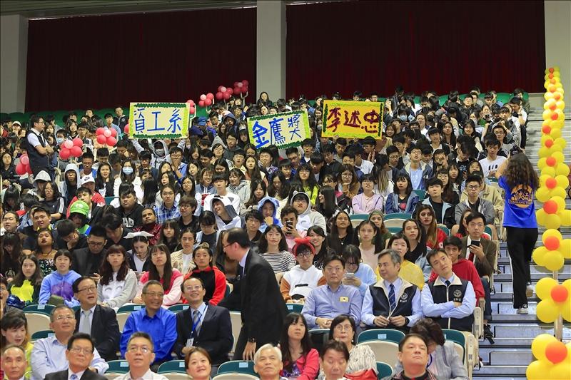 69 週年校慶大會中頒發第33屆淡江菁英金鷹獎,在場的學弟妹為獲獎學長製作慶賀背板,以吶喊慶賀。(攝影/游晞彤)