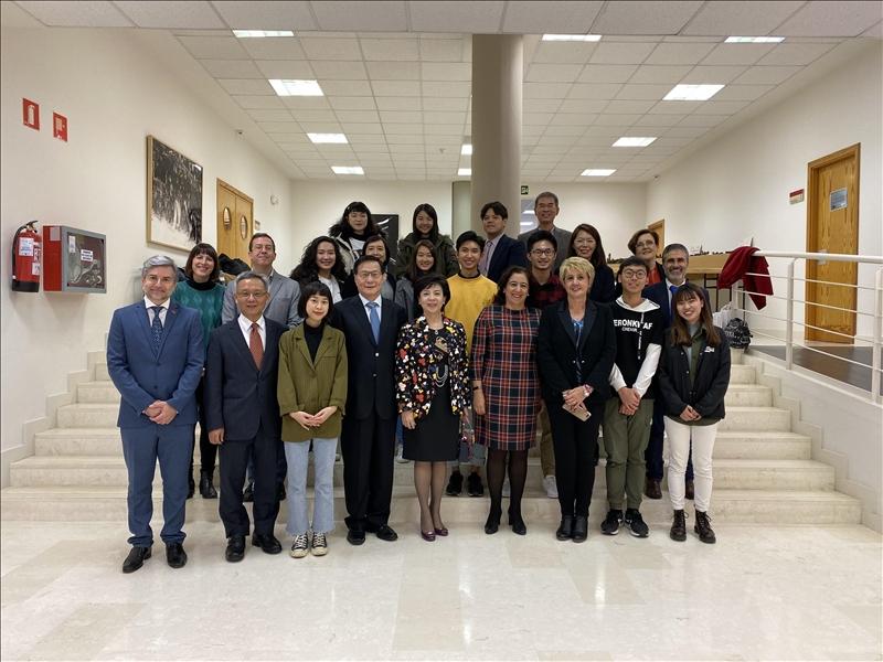 25-本校訪問團與目前在西班牙姊妹校卡斯蒂亞-拉曼恰大學進行大三生留學研習的本校學生合影