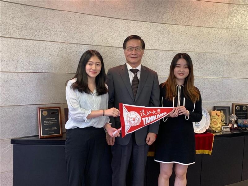 本校葛煥昭校長與目前在日本姊妹校城西大學研修的本校學生合影。