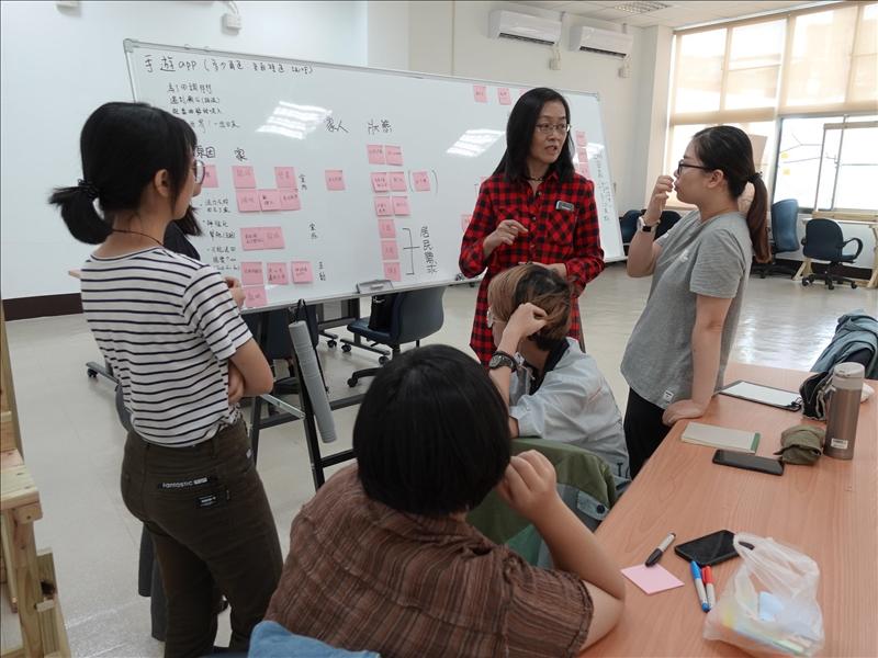 8-本校課程所張月霞老師與學生以便利貼進行遊戲設計討論