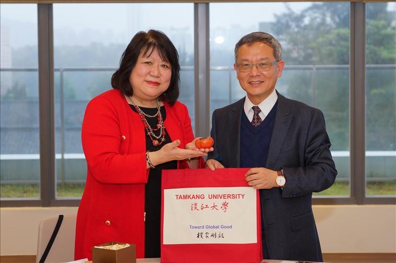 王高成國際副校長致贈如意紙鎮禮品給斯坦尼斯洛斯分校校長Dr. Ellen Junn