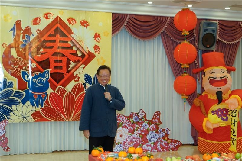 108年新春團拜茶會,羅孝賢總務長以吉祥話祝賀。(馮文星提供)