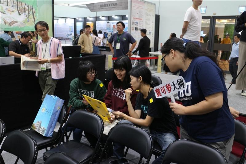 在夢想舞台的活動中,經濟系系主任林彥伶以「寶可夢大師」遊戲,與與來賓互動體驗。(攝影/淡江時報社林薏婷)