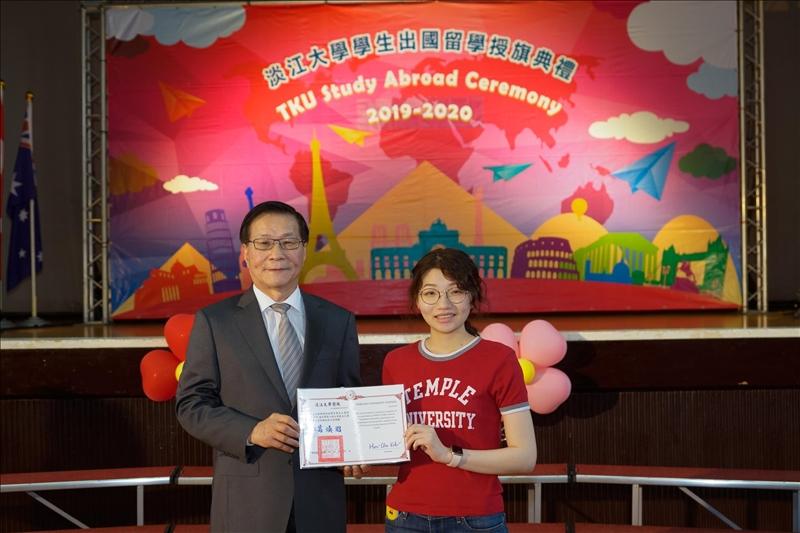 校長頒獎給參加海外學習心得分享徵文獲獎的同學(2)
