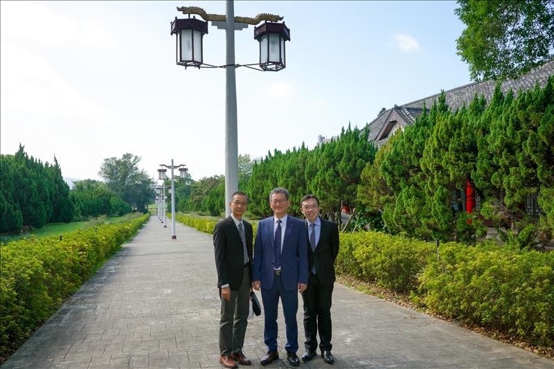 6-參觀淡水校園-宮燈教室,左起:蔡宗儒院長、Dr. Yong Jin Kim、孫嘉祈主任。(馮文星攝影)