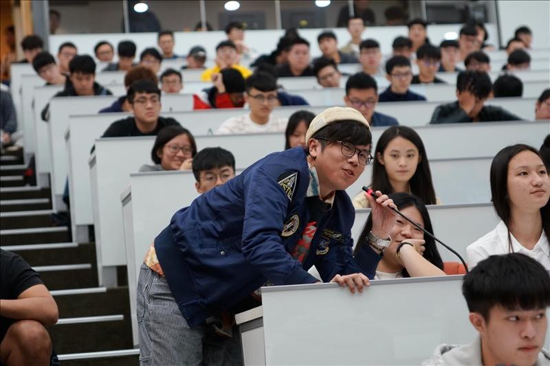 14-第16場「熊貓講座」演講會場,學生提問。(馮文星攝影)