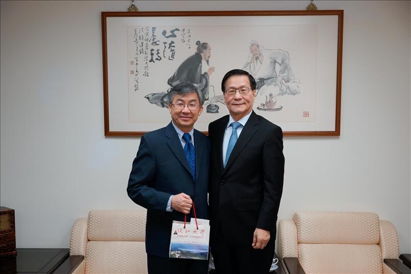 108年2月26日Dr. Hoang Pham(左)拜會本校葛煥昭校長(右)