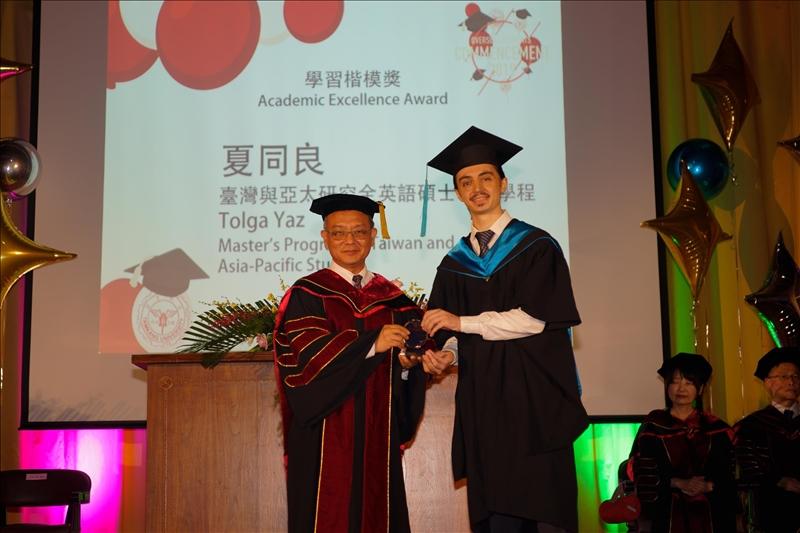 王高成副校長頒發學習楷模獎給台灣與亞太研究全英語碩士學位學程的夏同良同學