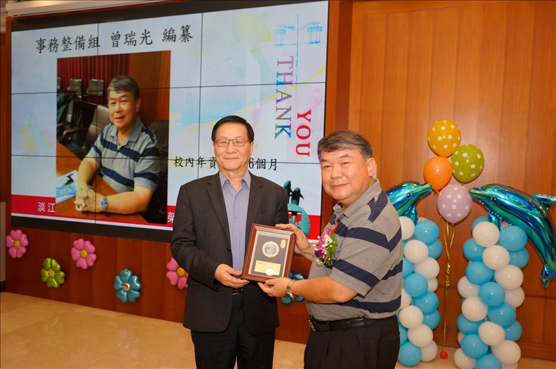 107學年度第1學期榮退茶會,葛煥昭校長(左)致贈感謝牌給退休同仁曾瑞光編纂(右)。
