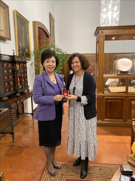 30-西班牙姊妹校格那拉達大學Pilar Aranda Ramírez校長致贈紀念品給本校張家宜董事長