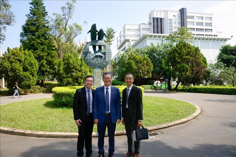 5-參觀淡水校園-海豚吉祥物里程碑,左起:孫嘉祈主任、Dr. Yong Jin Kim、蔡宗儒院長。(馮文星攝影)