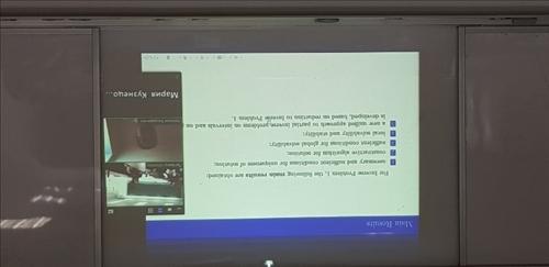 演講者以視訊連線方式與本校師生進行交流