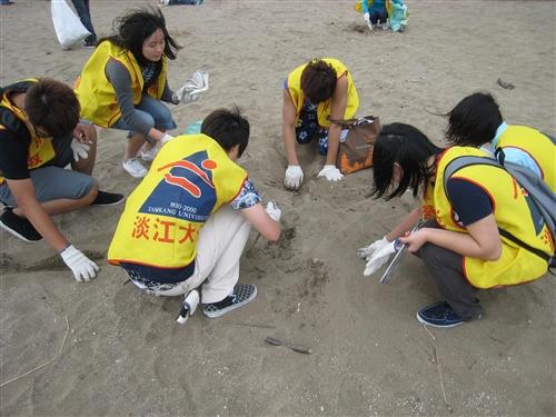 校園與社區服務學習:清除海灘小三怪。