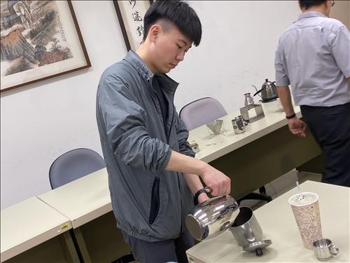 大一同學實作手沖咖啡