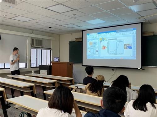 同學與講者透過Zoom互動
