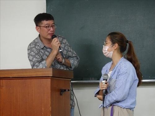 學生與演講者互動