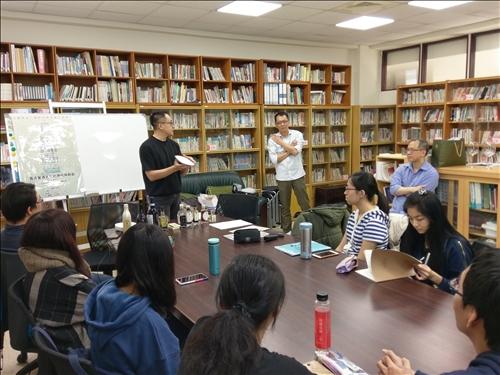 呂丘堯總經理為同學講解講座的流程安排