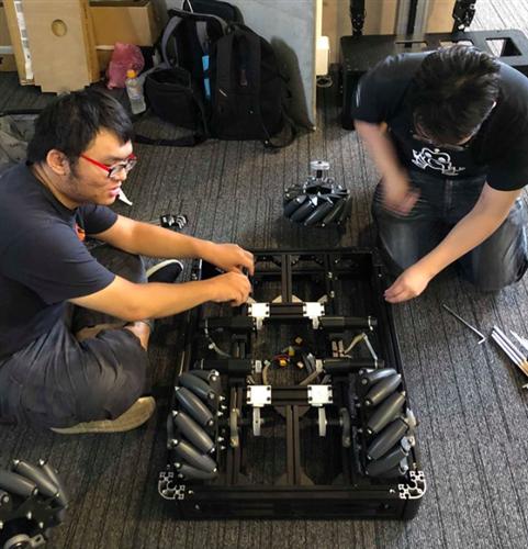 本團隊隊伍成員進行機器人硬體組裝2