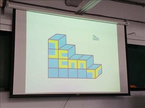 老師展示同學的自我創作與形式關係