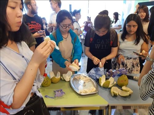 同學體驗剝柚子樂趣