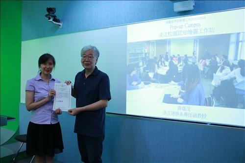 李組長致贈感謝狀予黃瑞茂老師