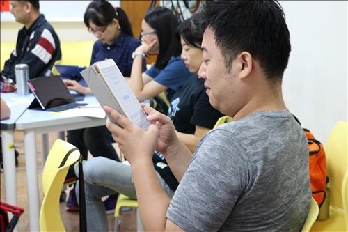 華語老師們認真地跟著老師操作。
