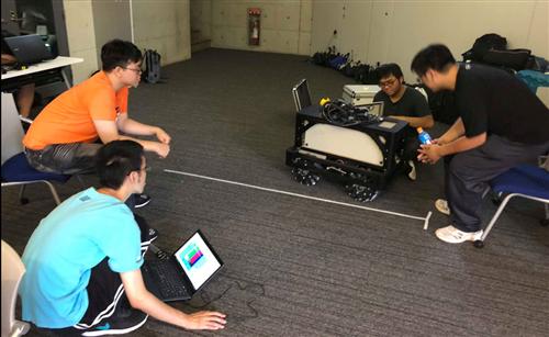 本團隊隊伍成員進行機器人測試