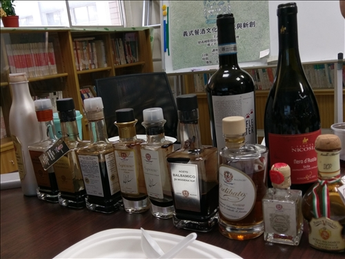 呂丘堯總經理跟戴子平總經理準備的醋酒教材