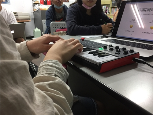 講師示範彈奏各種音調