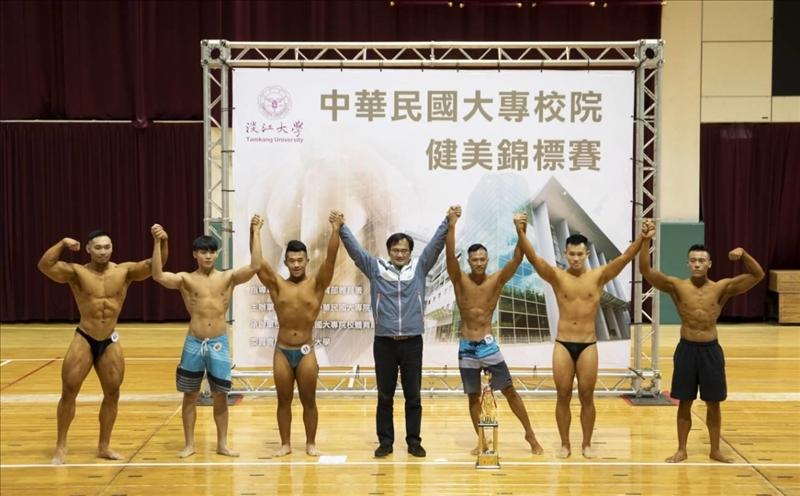 107學年度「中華民國大專校院健美錦標賽」,本校陳逸政體育長與得獎選手合影。