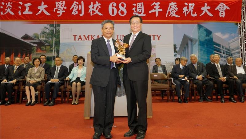 第32屆淡江菁英_金鷹獎得主-化學系林志城校友(左)及葛煥昭校長(右)