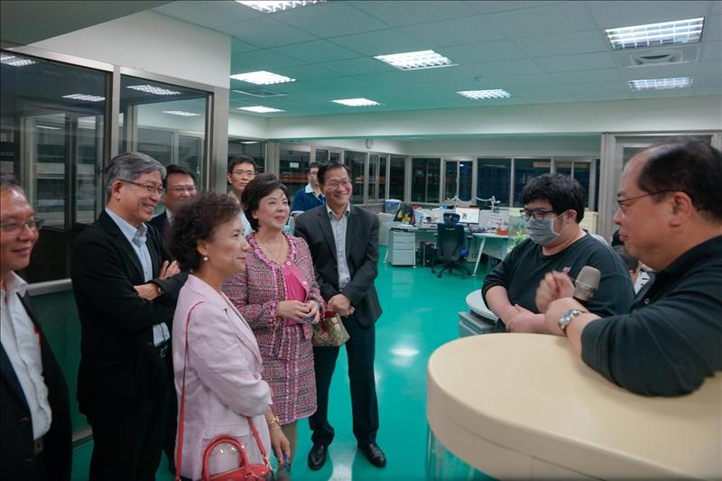 林健祥董事長(本校系所友會聯合總會總會長)介紹於該公司服務的本校化材系校友