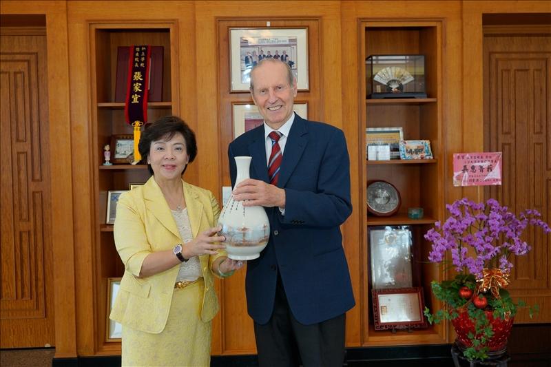 本校張家宜董事長接見漢斯布蘭多博士,並致贈繪有宮燈教室的花瓶