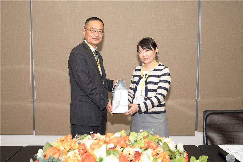 山口大學教育學部吉村誠教授(左)與本校文學院林呈蓉院長(右)互相贈禮
