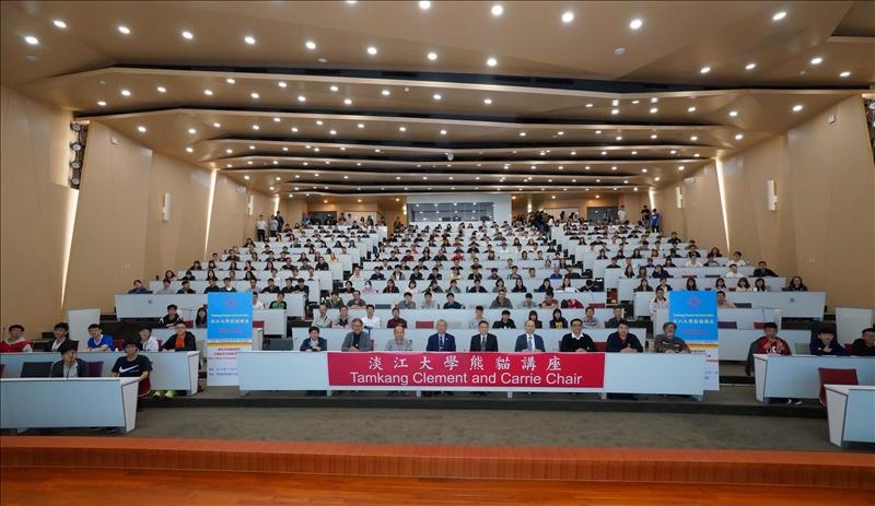 107年11月26日下午在守謙國際會議中心有蓮廳舉行,逾300位師生聆聽安保正一大師演講。(馮文星拍攝)