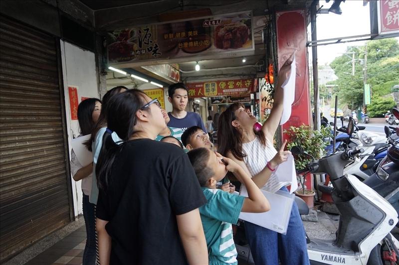 本校中文系與建築系學生於5月18日下午帶著正德里課輔班的兒童們,實地去瞭解社區內的燕子足跡,探索環境中的人、土地與生態之間的互動模式。