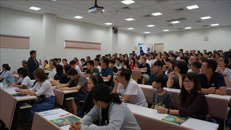 蘭陽校園資創系新生暨家長分組座談,由武士戎主任說明學習環境。