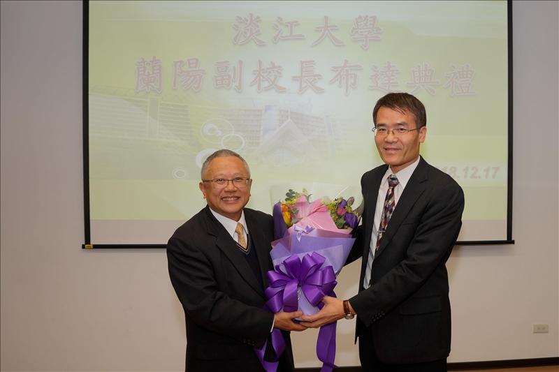 劉艾華秘書長(右)贈送帶有祝福的花束給林志鴻副校長(左)