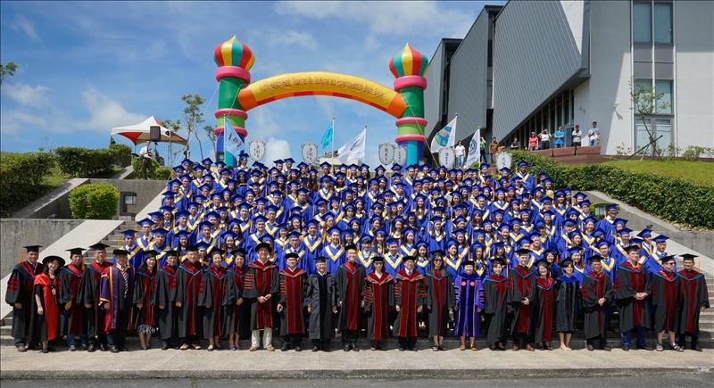6月9日上午10時在蘭陽校園紹謨紀念活動中心舉行蘭陽校園第10屆畢業典禮。今年蘭陽校園有162名應屆畢業生,畢業典禮全程以英語進行。