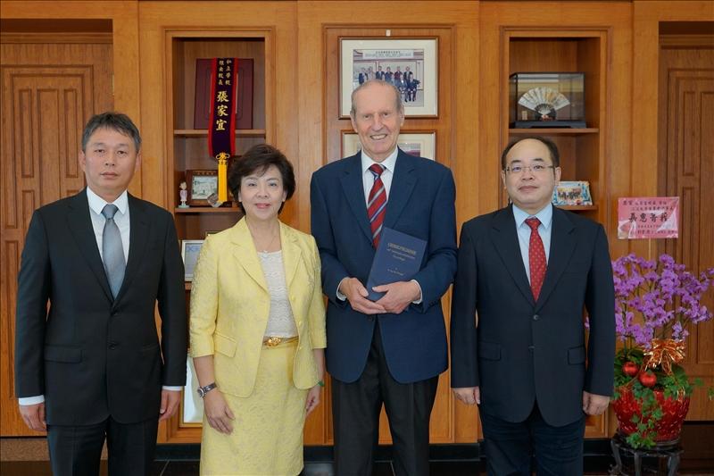 本校張家宜董事長接見漢斯布蘭多博士(左起:張正興主任、張家宜董事長、漢斯布蘭多博士、張德文教授)
