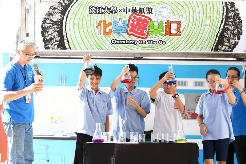 化學魔術秀「六色彩虹橋」之1_淡江科教中心吳昌樺攝