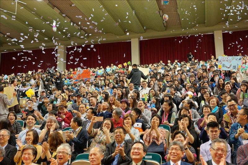 在場師生為獲金鷹獎的學長們歡呼慶祝!