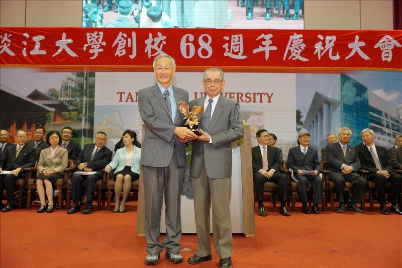第32屆淡江菁英_金鷹獎得主-化學系朱知章校友(左)及林雲山前校長(右)