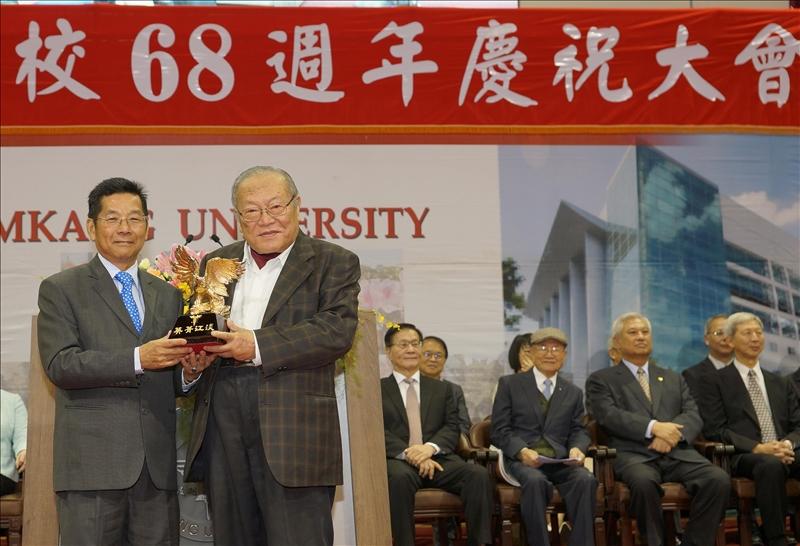 第32屆淡江菁英_金鷹獎得主-國企系呂世典校友(左)及陳雅鴻前校長(右)