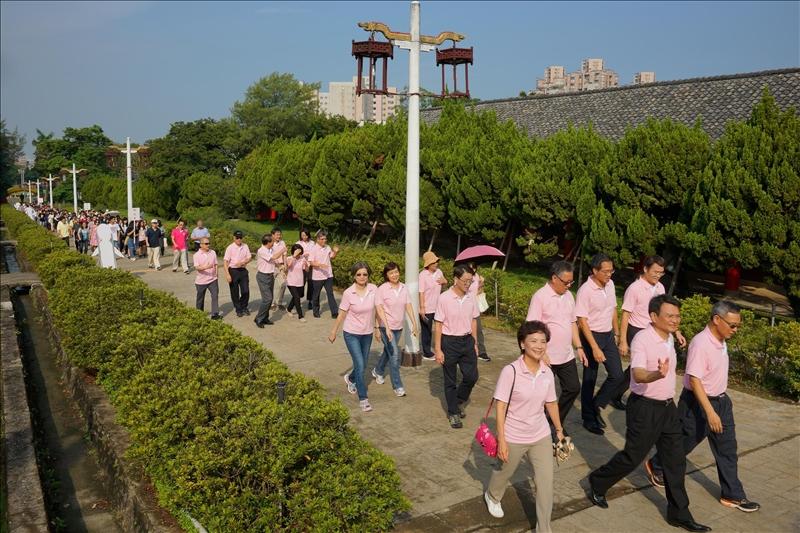 各級主管帶領新生穿越「宮燈教室」的長坡道,感受淡江建築的古典意境。